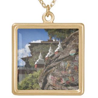 Escritura butanesa en rocas y chortens nepaleses colgante cuadrado