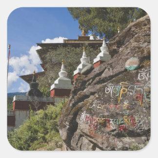 Escritura butanesa en rocas y chortens nepaleses pegatina cuadrada