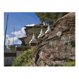 Escritura butanesa en rocas y chortens nepaleses postal