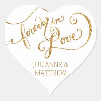Escritura de los sellos del sobre para siempre en pegatinas de corazon personalizadas