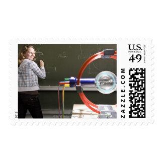 Escritura del estudiante en la pizarra sellos postales
