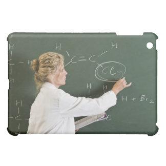 Escritura del profesor en la pizarra