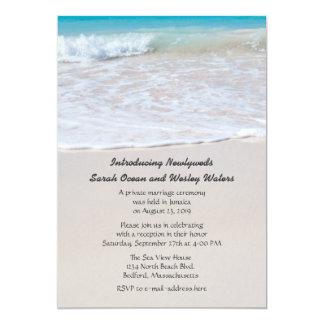 Escritura en la invitación del boda de la arena
