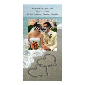Escritura en la playa, corazones que entrelazan de tarjeta fotográfica personalizada