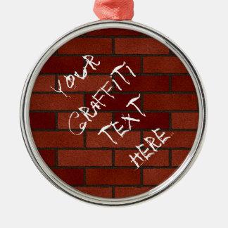 Escrituras en la pared de ladrillo adorno navideño redondo de metal