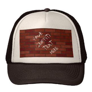 Escrituras en la pared de ladrillo gorras de camionero