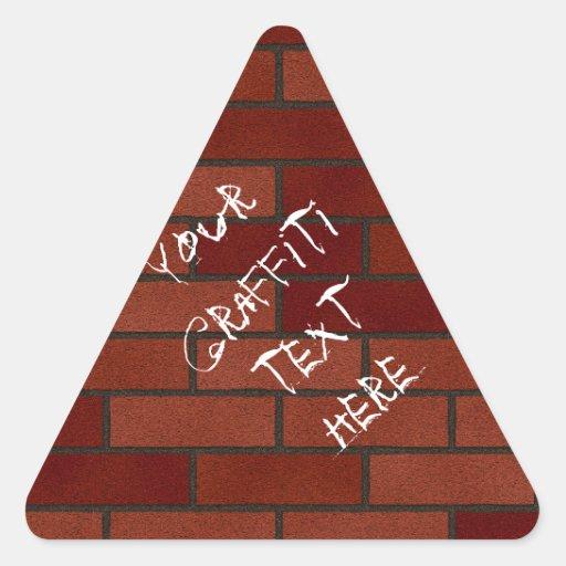 Escrituras en la pared de ladrillo calcomania de triangulo