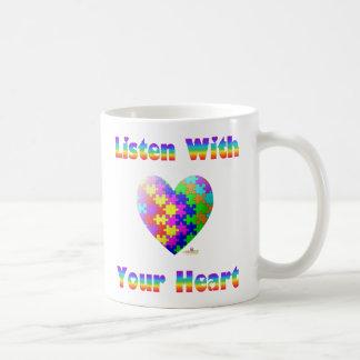 Escuche con su corazón taza básica blanca