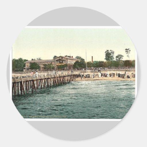 Escúdese en la playa y el puente, Colberg, Etiqueta Redonda