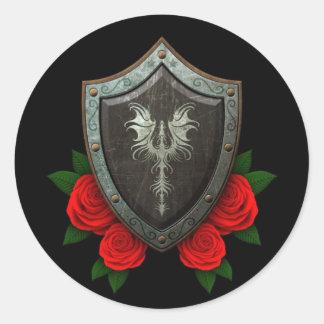 Escudo adornado gastado del dragón con los rosas r pegatina