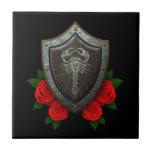 Escudo adornado gastado del escorpión con los rosa teja cerámica