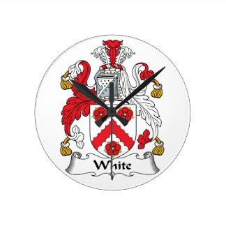 Escudo blanco de la familia reloj redondo mediano