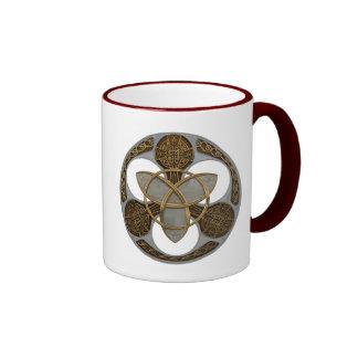 Escudo céltico de la trinidad taza de dos colores