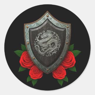 Escudo chino circular gastado del dragón con los r etiqueta redonda