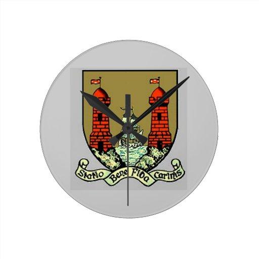 Escudo de armas para el corcho Irlanda Reloj Redondo Mediano
