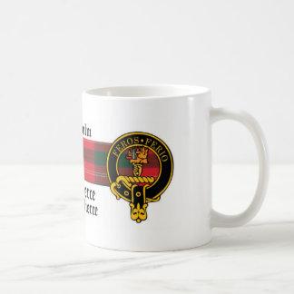 Escudo de Chisholm y taza escoceses del tartán