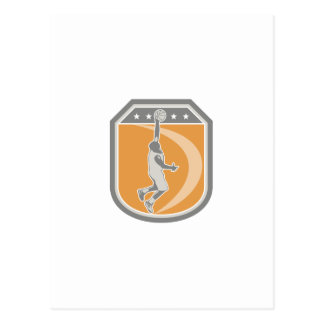 Escudo de la bola del jugador de básquet que rebot postal
