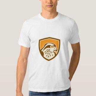Escudo de la cabeza del halcón de peregrino retro playeras