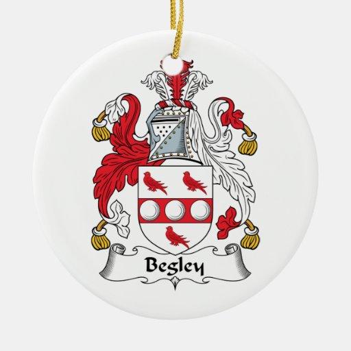 Escudo de la familia de Begley Adorno Navideño Redondo De Cerámica