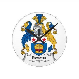 Escudo de la familia de Bevens Reloj De Pared