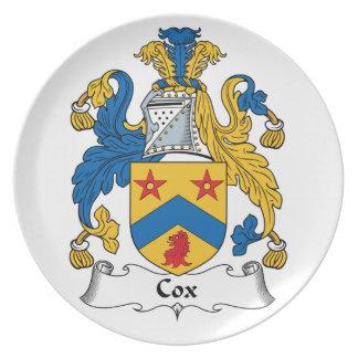 Escudo de la familia de cox platos para fiestas