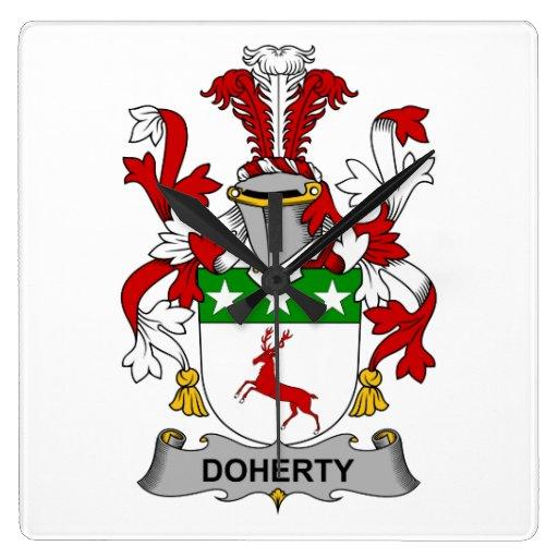Escudo de la familia de Doherty Relojes De Pared