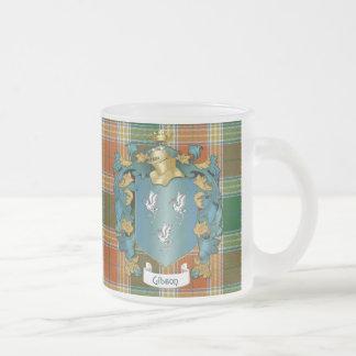Escudo de la familia de Gibson y tartán antiguo Taza De Café Esmerilada