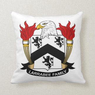 Escudo de la familia de Larrabee Cojín Decorativo