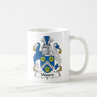 Escudo de la familia de las aguas taza clásica