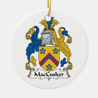 Escudo de la familia de MacCusker Adorno Redondo De Cerámica