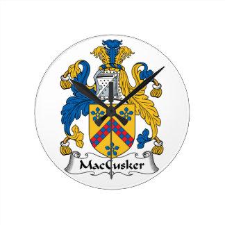 Escudo de la familia de MacCusker Reloj Redondo Mediano
