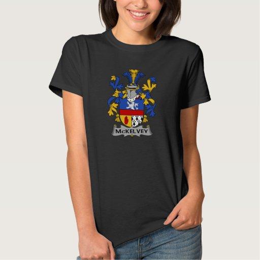 Escudo de la familia de McKelvey Camiseta