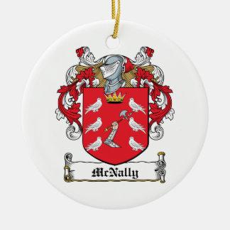 Escudo de la familia de McNally Adorno Navideño Redondo De Cerámica