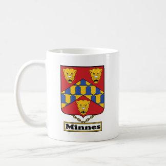 Escudo de la familia de Minnes Taza Básica Blanca