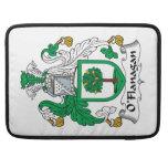 Escudo de la familia de O'Flanagan Fundas Para Macbooks