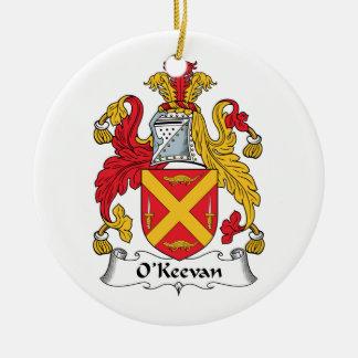 Escudo de la familia de O'Keevan Adorno Redondo De Cerámica