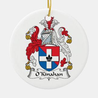 Escudo de la familia de O'Kinahan Adorno Redondo De Cerámica
