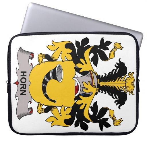 Escudo de la familia del cuerno fundas computadoras