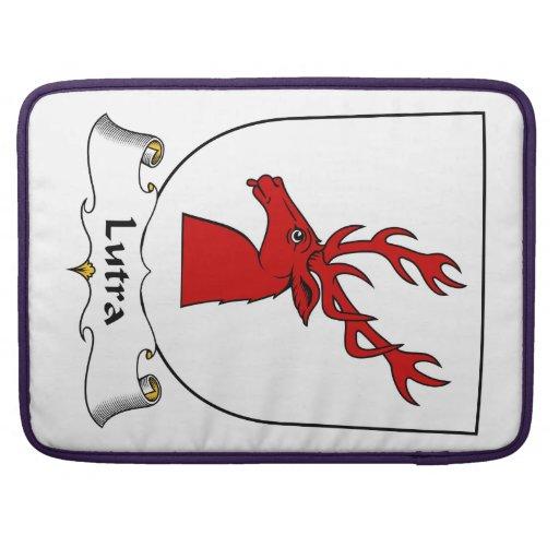 Escudo de la familia del Lutra Fundas Para Macbook Pro