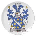 Escudo de la familia del nudo en la madera platos para fiestas
