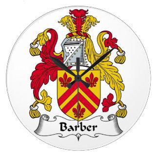 Escudo de la familia del peluquero reloj redondo grande