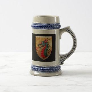 Escudo del dragón en negro jarra de cerveza