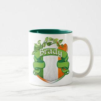 Escudo del irlandés de Brady Taza De Café De Dos Colores