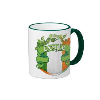 Escudo del irlandés de Doyle Taza De Dos Colores