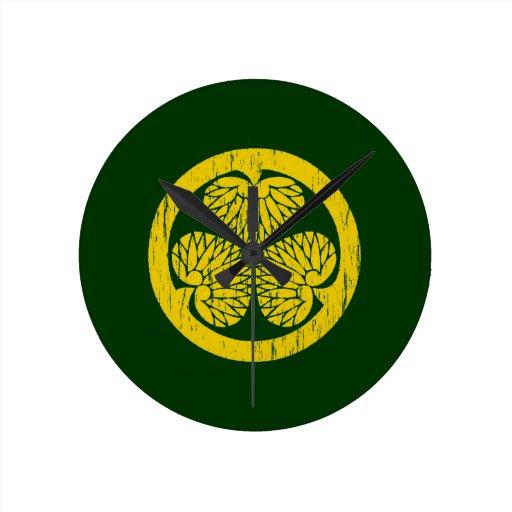 Escudo del oro de Tokugawa apenado Relojes De Pared