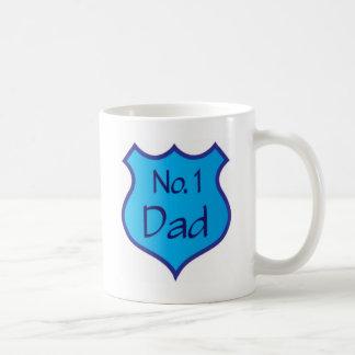 Escudo del papá del número uno del día de padres taza clásica