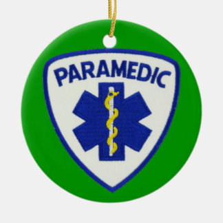 Escudo del paramédico adorno navideño redondo de cerámica