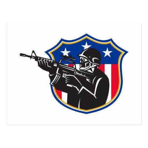 escudo del rifle del policía del golpe violento de tarjetas postales