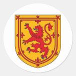 Escudo desenfrenado del león de Escocia Pegatinas Redondas