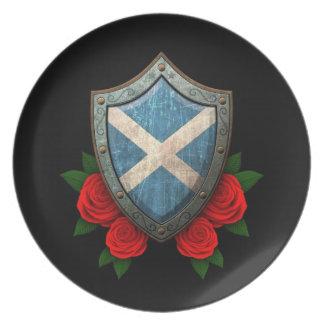 Escudo escocés gastado de la bandera con los rosas platos para fiestas